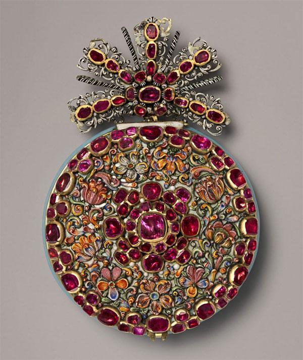 Эти часы Николая Ругендаса Младшего известны как «Великие рубиновые часы», потому что они украшены 85 прозрачными рубинами, вставленными в корпус из золота и эмали. Аугсбург, Германия
