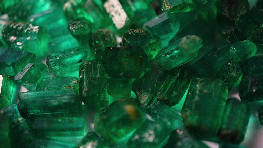 Необработанные кристаллы изумруда из Панджшерской долины, Афганистан