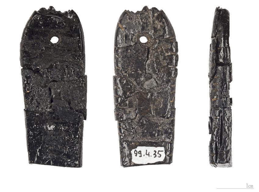 Три изображения доисторической подвески из лигнита, гагата Мадленская культура
