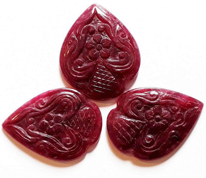 Три резных рубина, 75,09 карата, Мьянма.