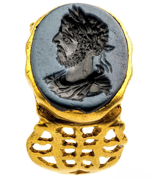 Золотое римское перстень с портретом императора Коммода из никколо-агата, 180-200 гг. Н.э., найденное в Тонгерене, Галло-римский музей (Тонгерен)