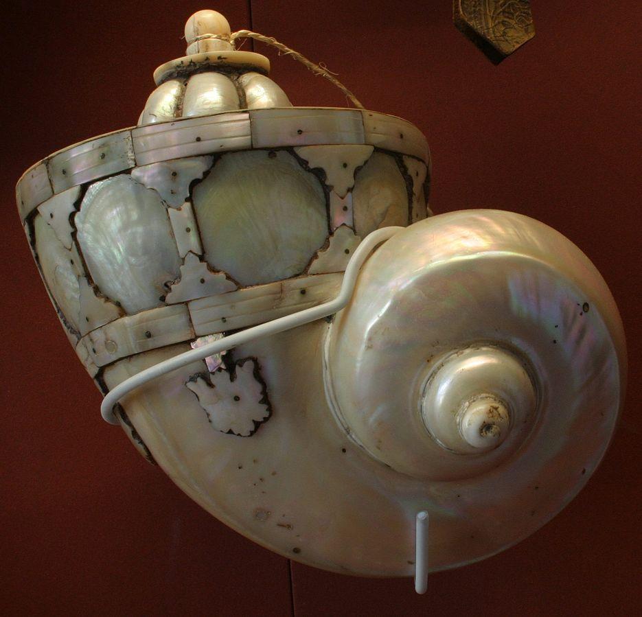 Фляга с перламутровым порохом , около 1750 года, в основном состоящая из полированной раковины большой морской улитки Turbo marmoratus