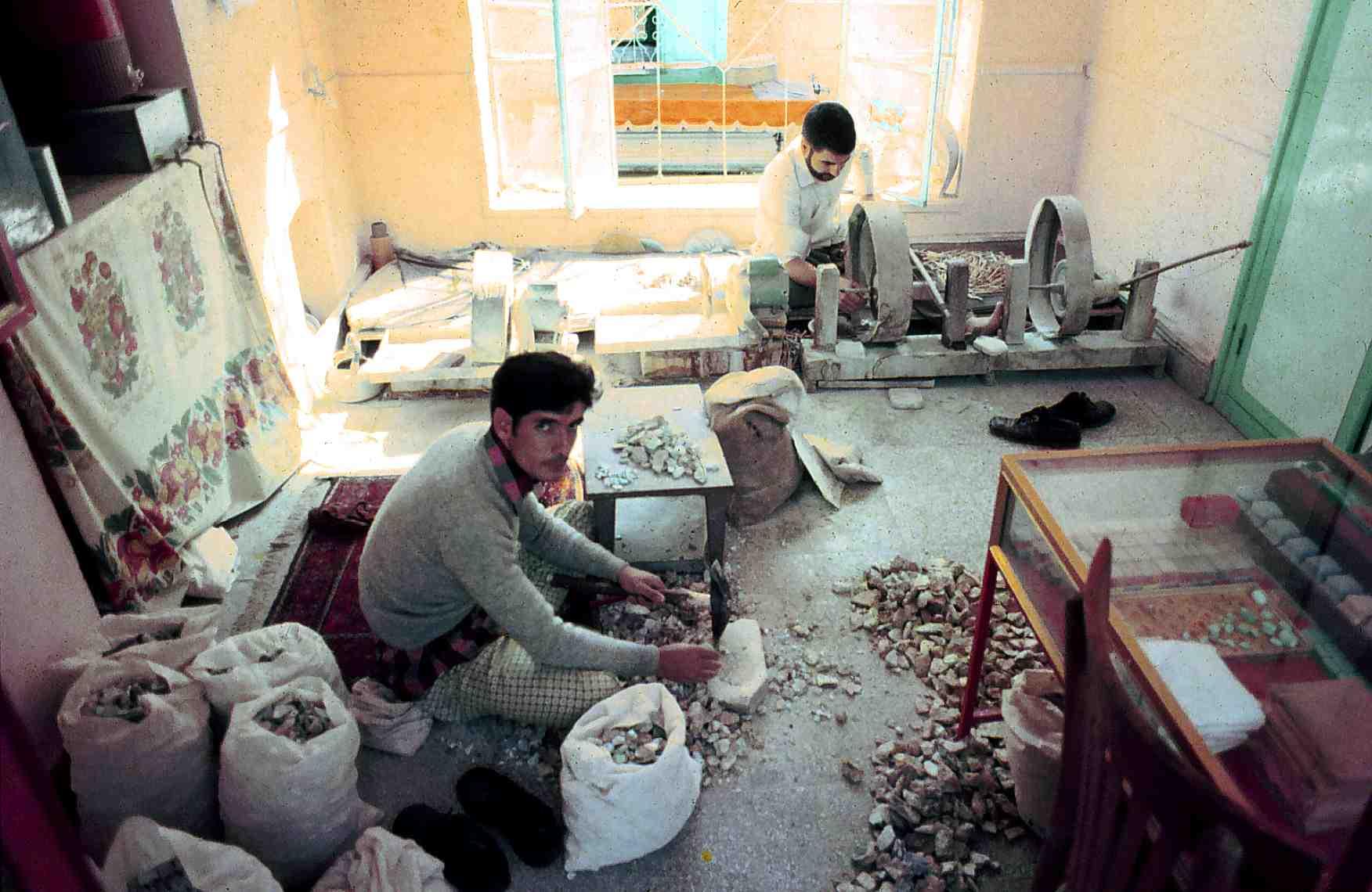 Резка и шлифовка бирюзы в Нишапуре, Иран, 1973 г.
