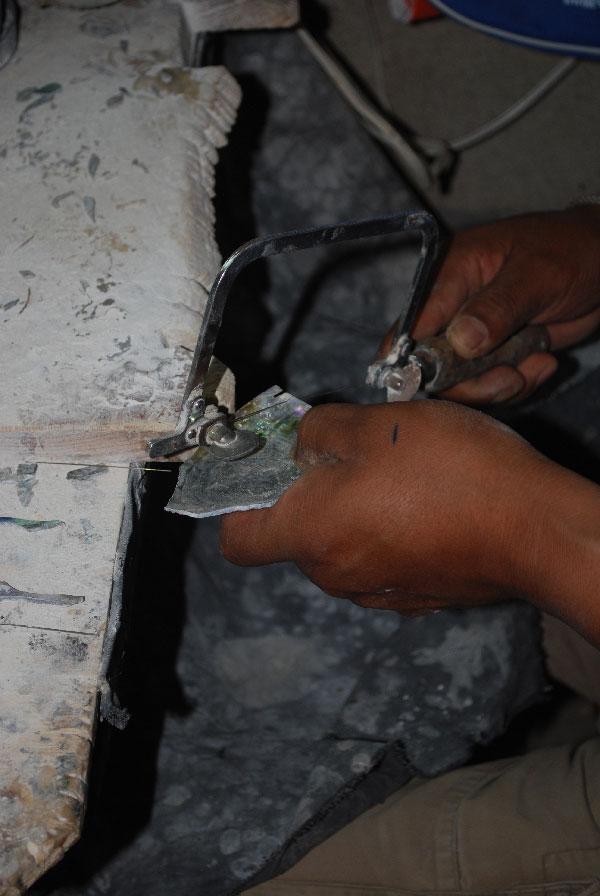 Вырезание из раковины деталей для инкрустации перламутром