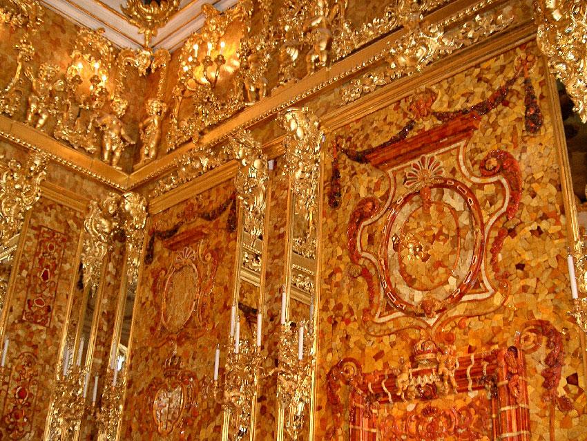 Янтарная комната в Екатерининском дворце , Санкт - Петербург была реконструирована с использованием новой янтарь из Калининграда