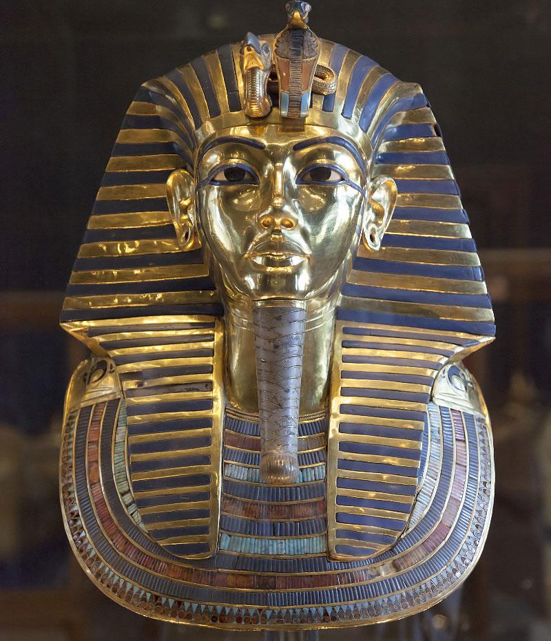 Знаменитая золотая погребальная маска Тутанхамона , инкрустированная бирюзой, лазуритом , сердоликом и цветным стеклом.