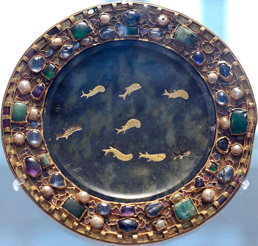 Блюдо из змеевика с инкрустированной золотой рыбкой, I век до н.э. или н.э., с креплениями IX века