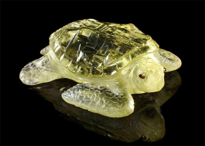 Фигурка черепахи весом 122,33 карата была вырезана из цельного куска гелиодора из Украины Гансом Ульрихом Паули.