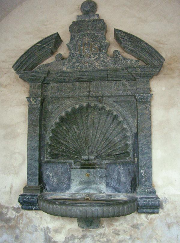 Фонтан из серпентинита во дворце Стокальпер (Бриг, Швейцария)