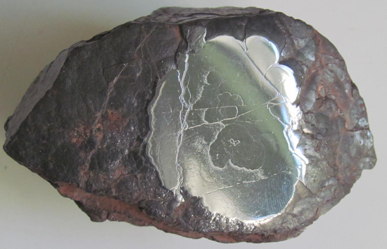 Образец гематита-кровавика с отполированной верхней гранью