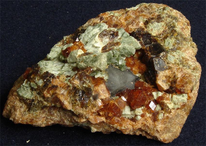 Спессартин (красноватый минерал)