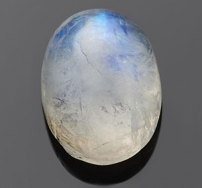 <b><p>Адуляр</b></p> Неизменно кабошоном. Так выявляется его «лунное сияние».