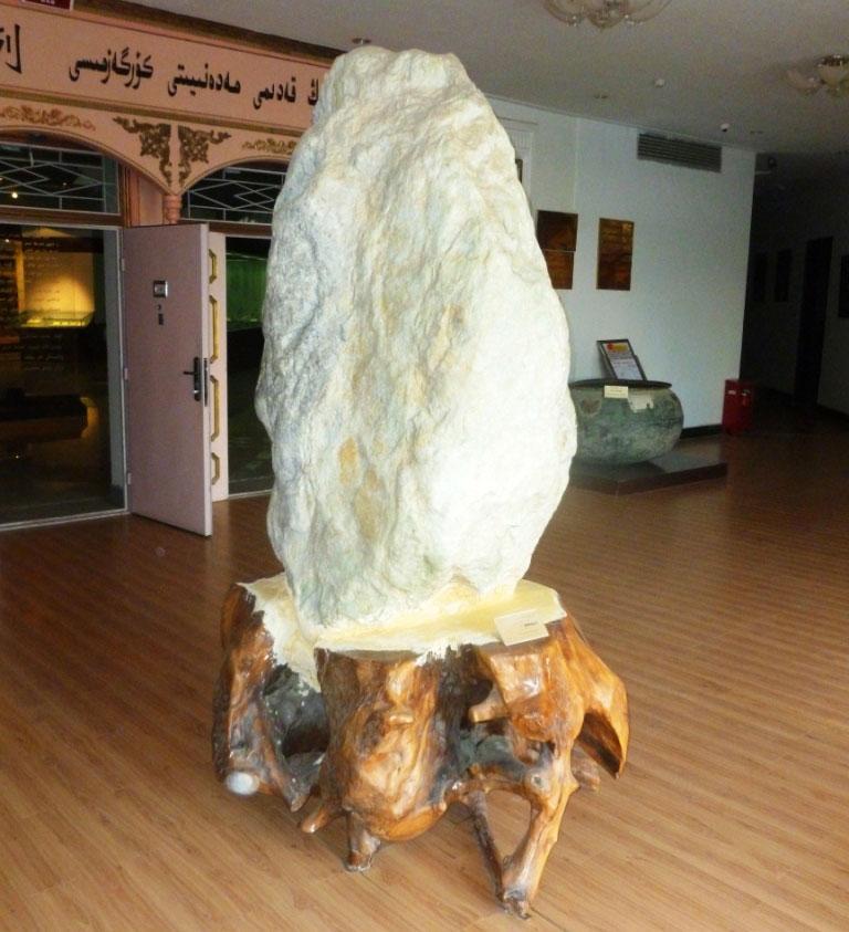 Большой нефрит «бараний жир» выставлен в фойе Хотанского музея культуры