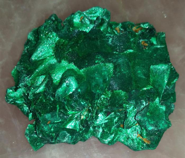 <b><p>Плисовый</b></p> Атласный, шелковистый, и бархатный — темно-зеленый, лучистый, с шелковым отливом. Рисунок в нем иногда едва заметный. Этот вид малахита полируется плохо.