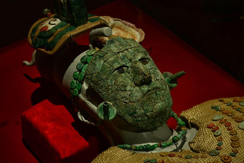 Погребальная маска Красной Королевы из Паленки сделана из мозаики малахита.