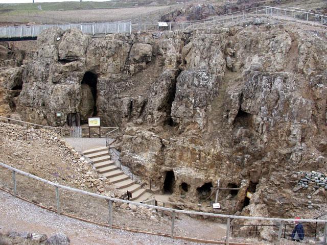 Вход в комплекс малахитовых рудников эпохи неолита на Большом Орме.