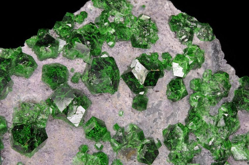 Кристаллы уваровита из Сарановского месторождения, Средний Урал, Россия