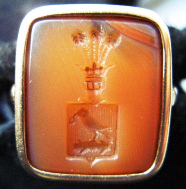Польский перстень-печатка из светло-оранжевого сердолика глубокой печати с изображением герба Корвина