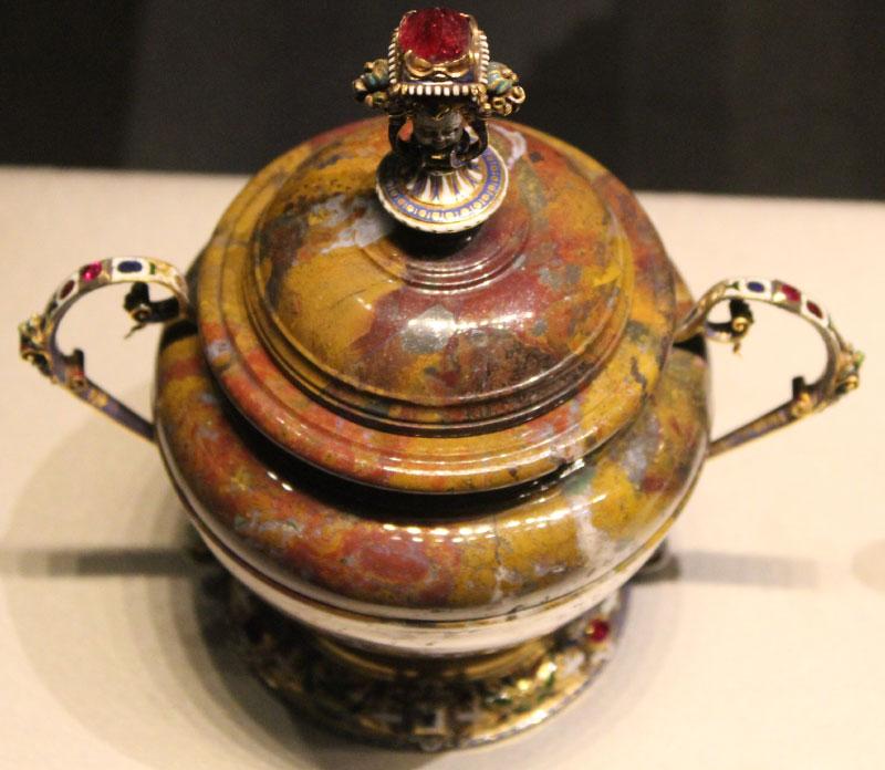 Ваза с драгоценностями, вырезанная из красно-желтой яшмы. Вероятное происхождение Германия, начало 17 века, Waddesdon Bequest , Британский музей.