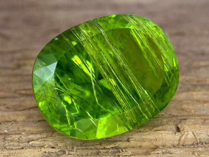 Зеленый камень Хризолит