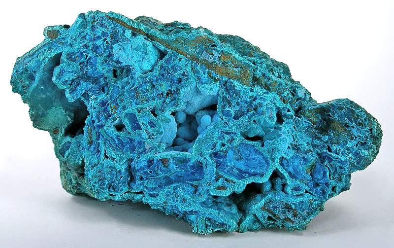 Пудрово-голубая хризоколла в виде сталактитовых наростов и тонкого ковра в углублениях внутри валуна из почти твердого тиролита из шахты Сан-Симон, провинция Икике , Чили