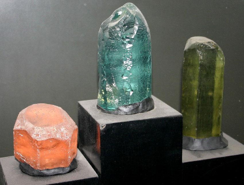 Три разновидности берилла (слева направо) - морганит, аквамарин и изумруд
